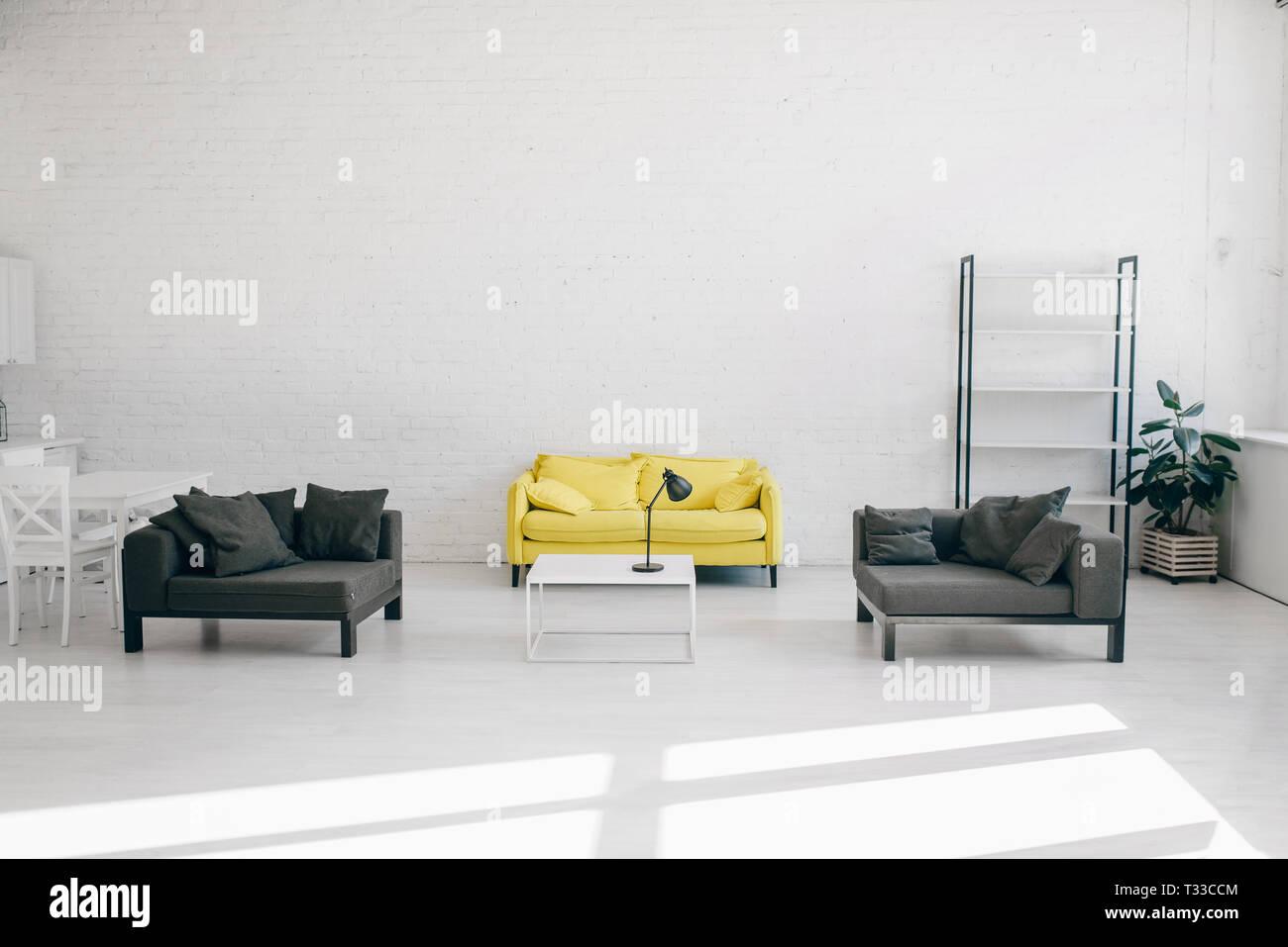 Salon Noir Blanc Jaune salon moderne intérieur en blanc, noir et jaune, personne