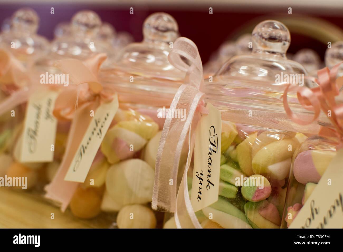 Bonbons guimauve dans un pot avec message de remerciement qu'un anniversaire retour sweet treat Photo Stock