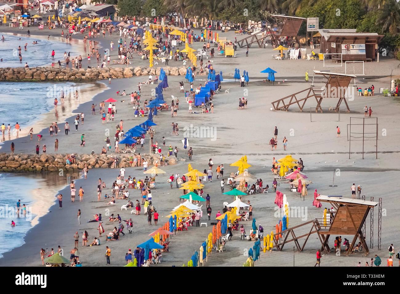 Colombie, Cartagena, Bocagrande, mer des Caraïbes plage publique, eau de sable, location de parapluies, hispanique Hispaniques latino Latino Latino Latino Llatino ethnies immi Banque D'Images