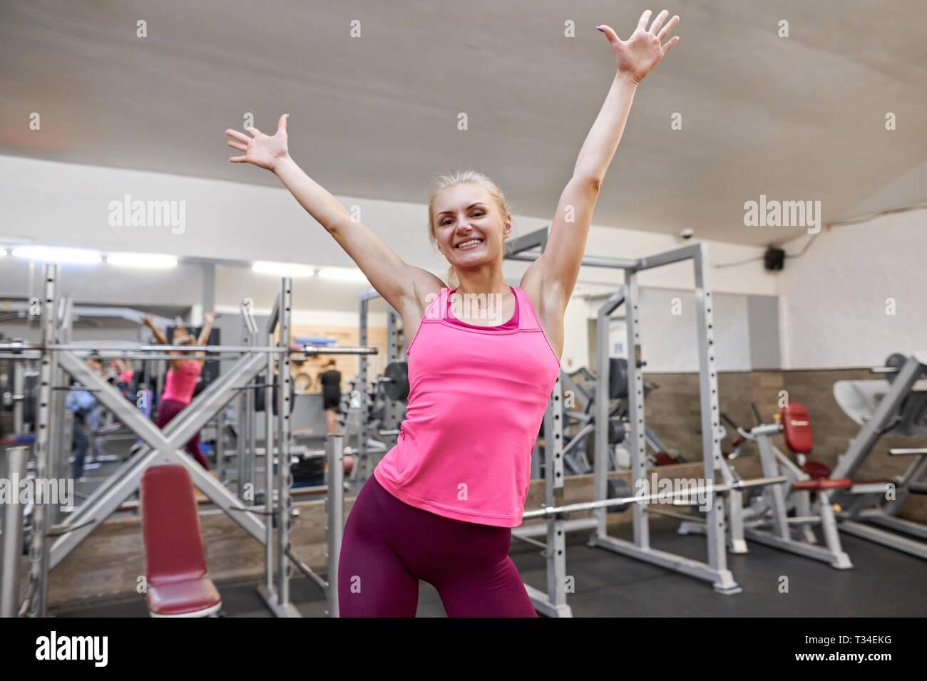 Jeune femme sportive heureux d'élever ses mains jusqu'à la
