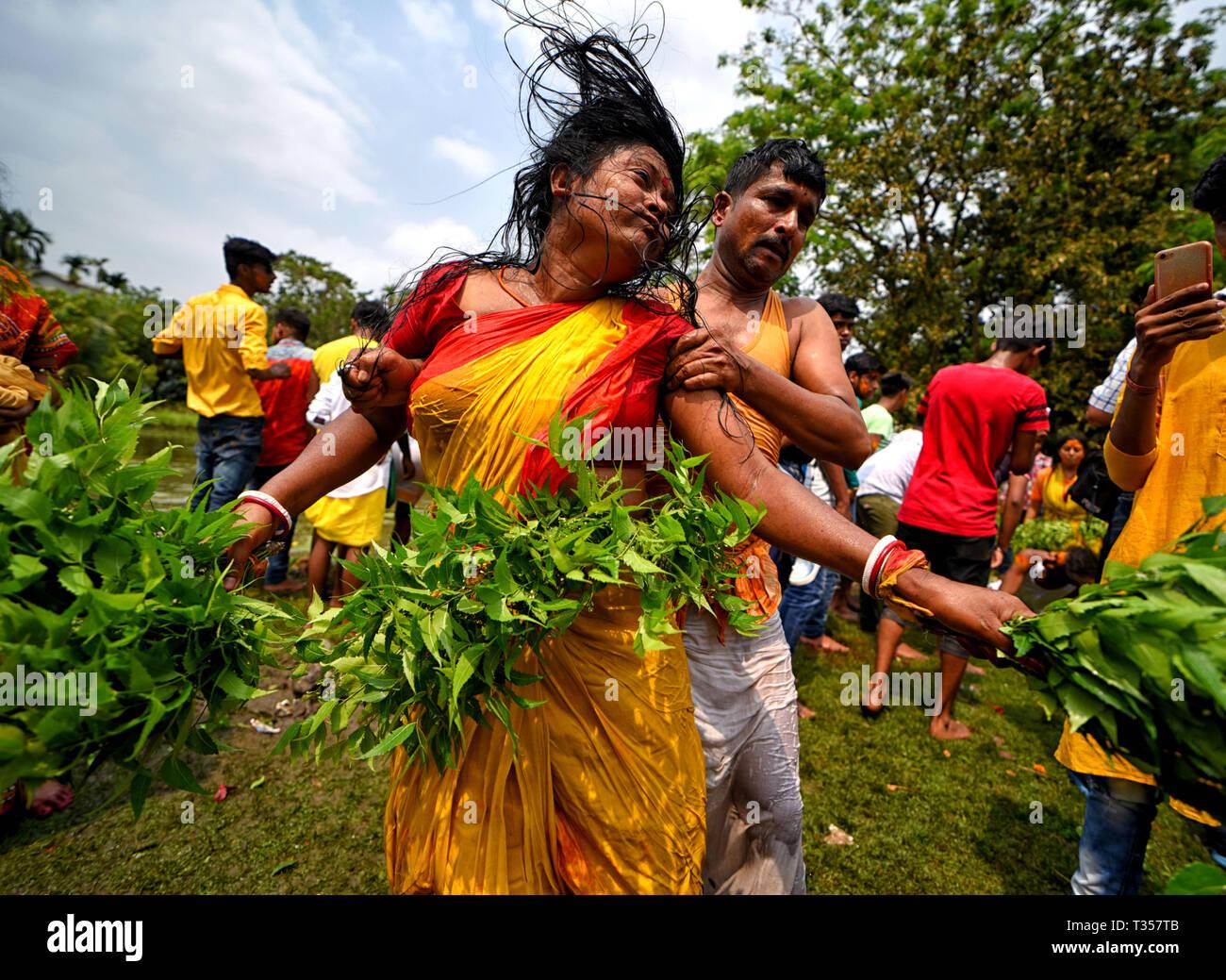 Bandel, Inde. 06 avr, 2019. Les dévots hindous danse & les ...