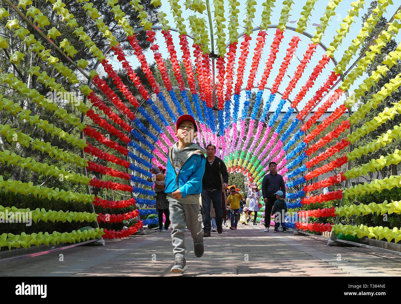 Beijing, Chine. Apr 7, 2019. Les touristes voir roulades pendant un virevent juste tenu à la China National Children's Centre à Beijing, capitale de la Chine, le 7 avril 2019. Credit : Zhang Yuwei/Xinhua/Alamy Live News Photo Stock