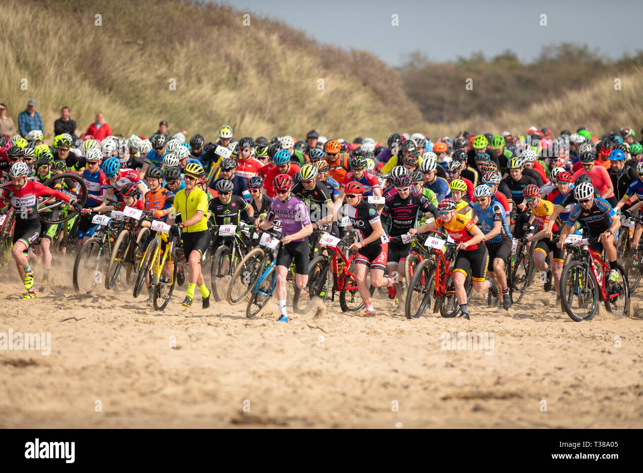 Pembrey Country Park, South Wales, UK. 7 avril, 2019. Les départs en masse. Plus d'un millier de cyclistes ont pris à la plage pour la bataille de 2019 sur la plage. La course a 3 tours y compris à environ 5km de la plage de sprint par tour. Credit : Sidney Bruere/Alamy Live News Photo Stock