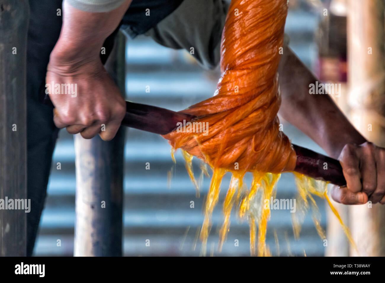 Façon traditionnelle de fils de mourir dans le village de tissage traditionnel, dans le district de Dhaka, Bangladesh, Division Photo Stock