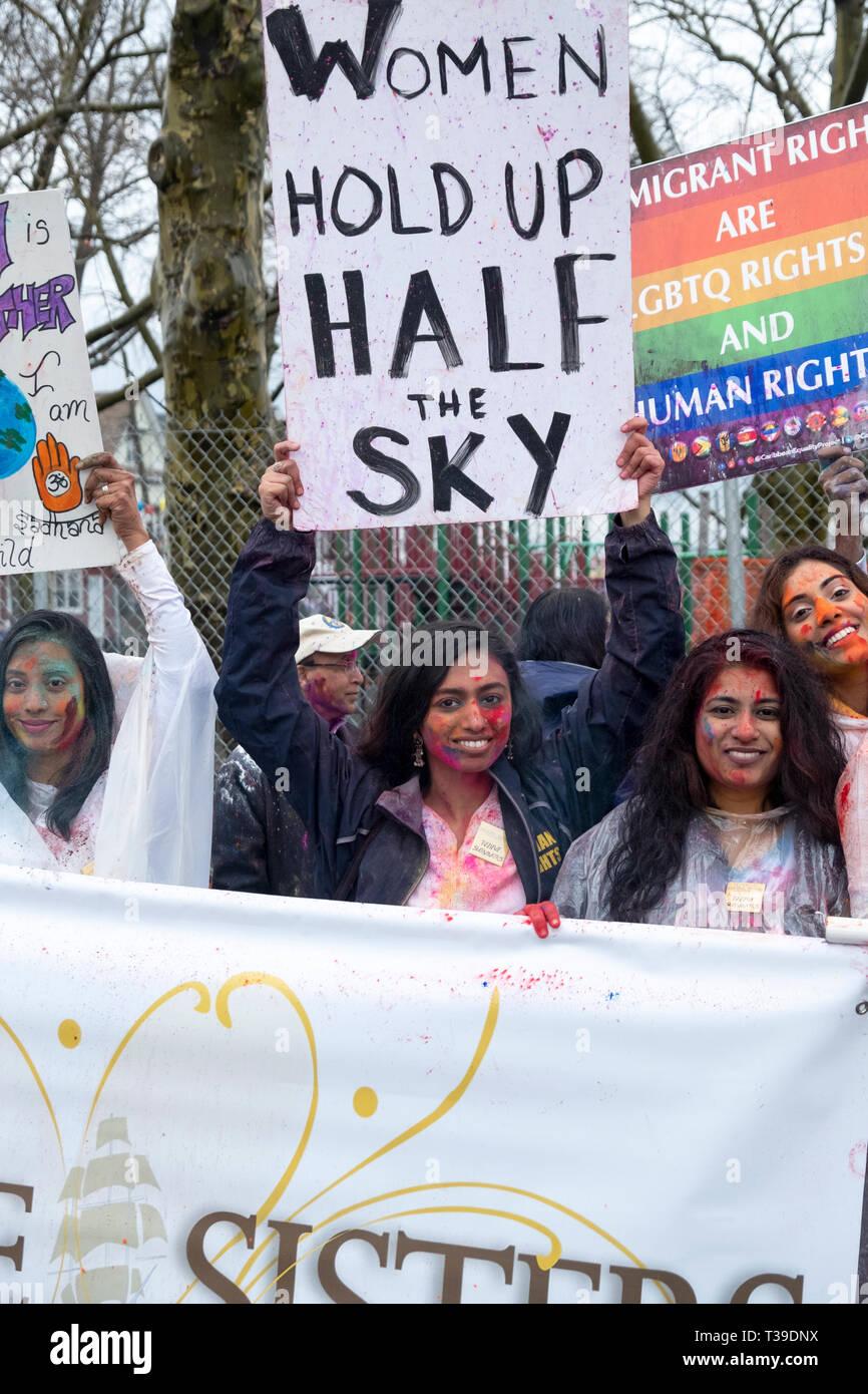 Membre de l'Jahajee Sœurs, un groupe Indo-Caribbean la promotion de l'égalité et de sécurité pour les femmes. Au défilé de Holi dans le Queens, New York Photo Stock