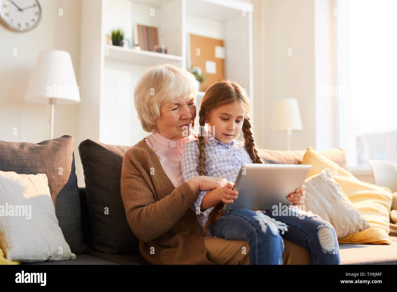 Grand-mère Using Digital Tablet Photo Stock