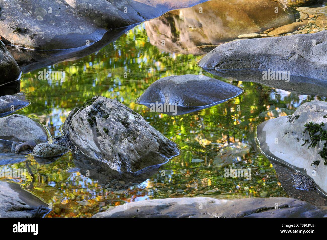 Arbres se reflétant dans l'eau dans une piscine dans les rochers de la rivière Llugwy (Afon Lugwy), près de Betws-Y-coed, au nord du Pays de Galles. Photo Stock