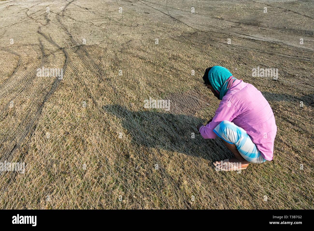 La réparation de filet de pêche Les pêcheurs au port, Chittagong, Bangladesh, la division de Chittagong Photo Stock