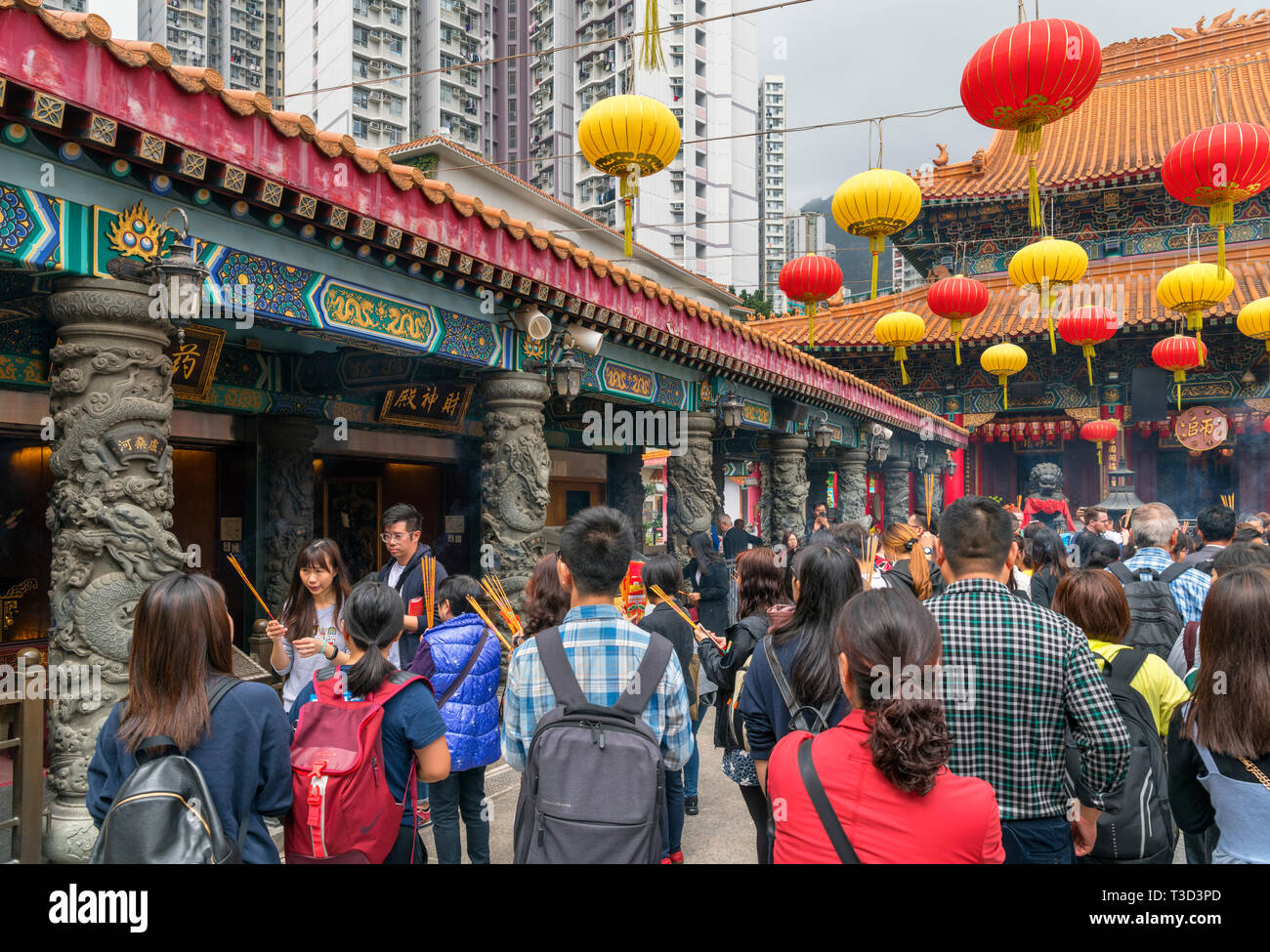 Les fidèles des Sik Sik Yuen Wong Tai Sin Temple, un temple Taoïste à New Kowloon, Hong Kong, Chine Photo Stock