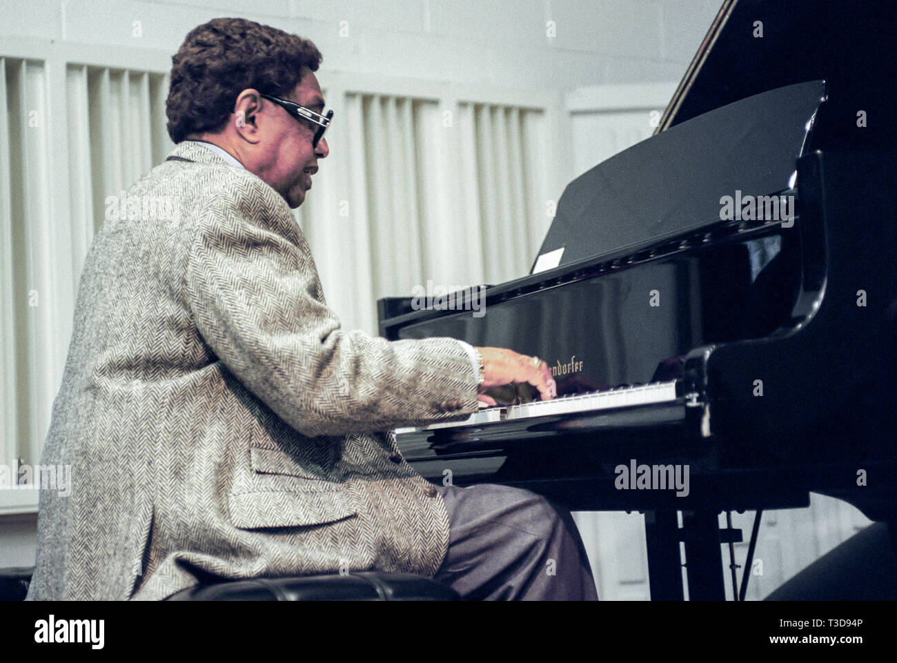 Pianiste de Jazz Billy Taylor enseigne un cours de musique et joue du piano. Photo Stock