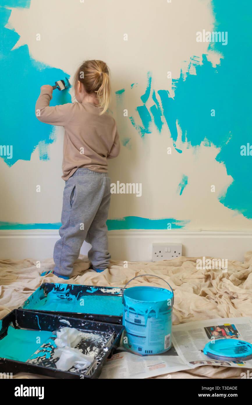 Photographie En Couleur Franche De Jeune Enfant Peinture Mur