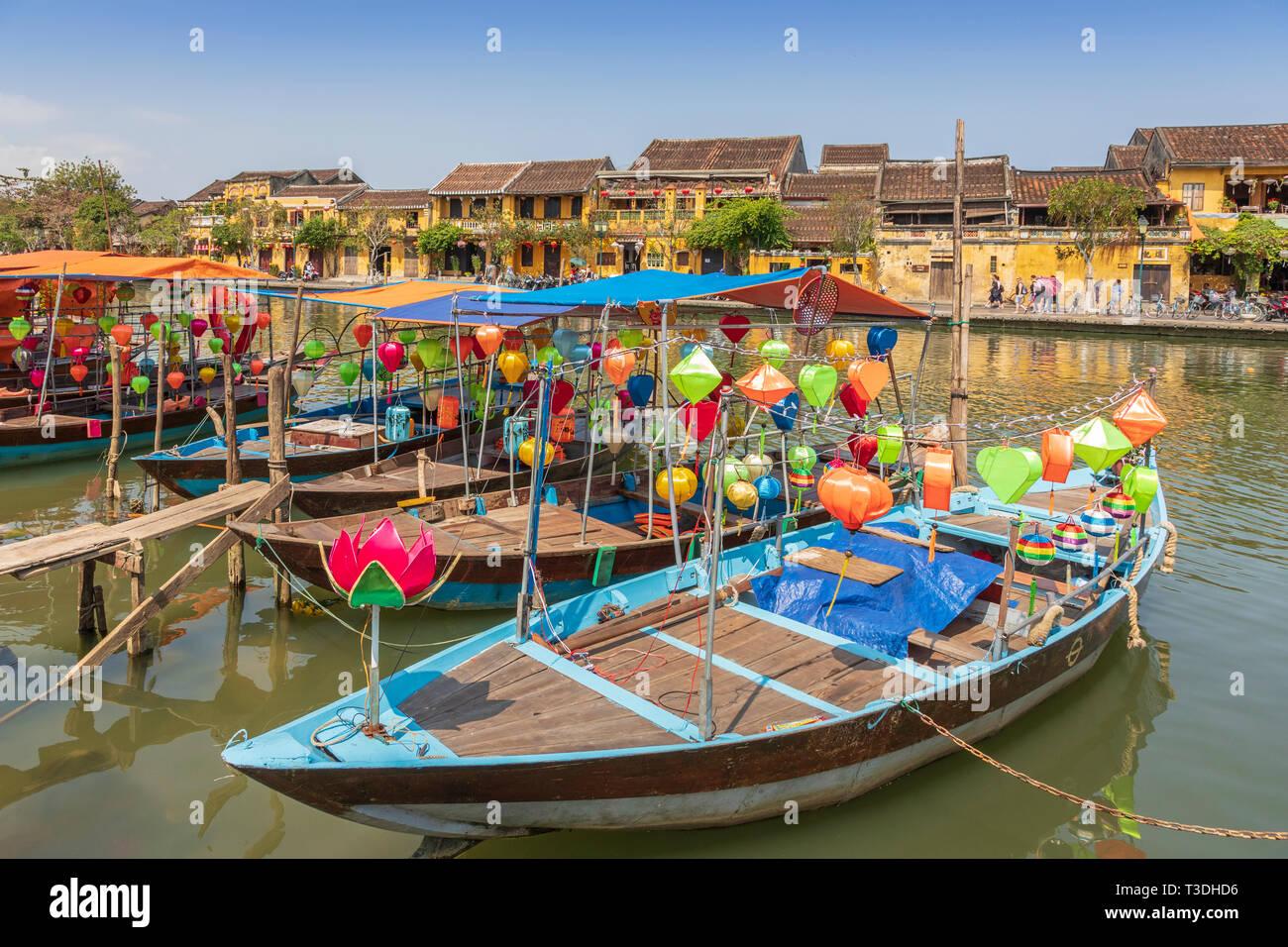 Lantern bateaux et embarcations de pêche traditionnelles sur fils Rivière Thu Bon, Hoi An, Quang Nam, Vietnam, Asie Provence Photo Stock