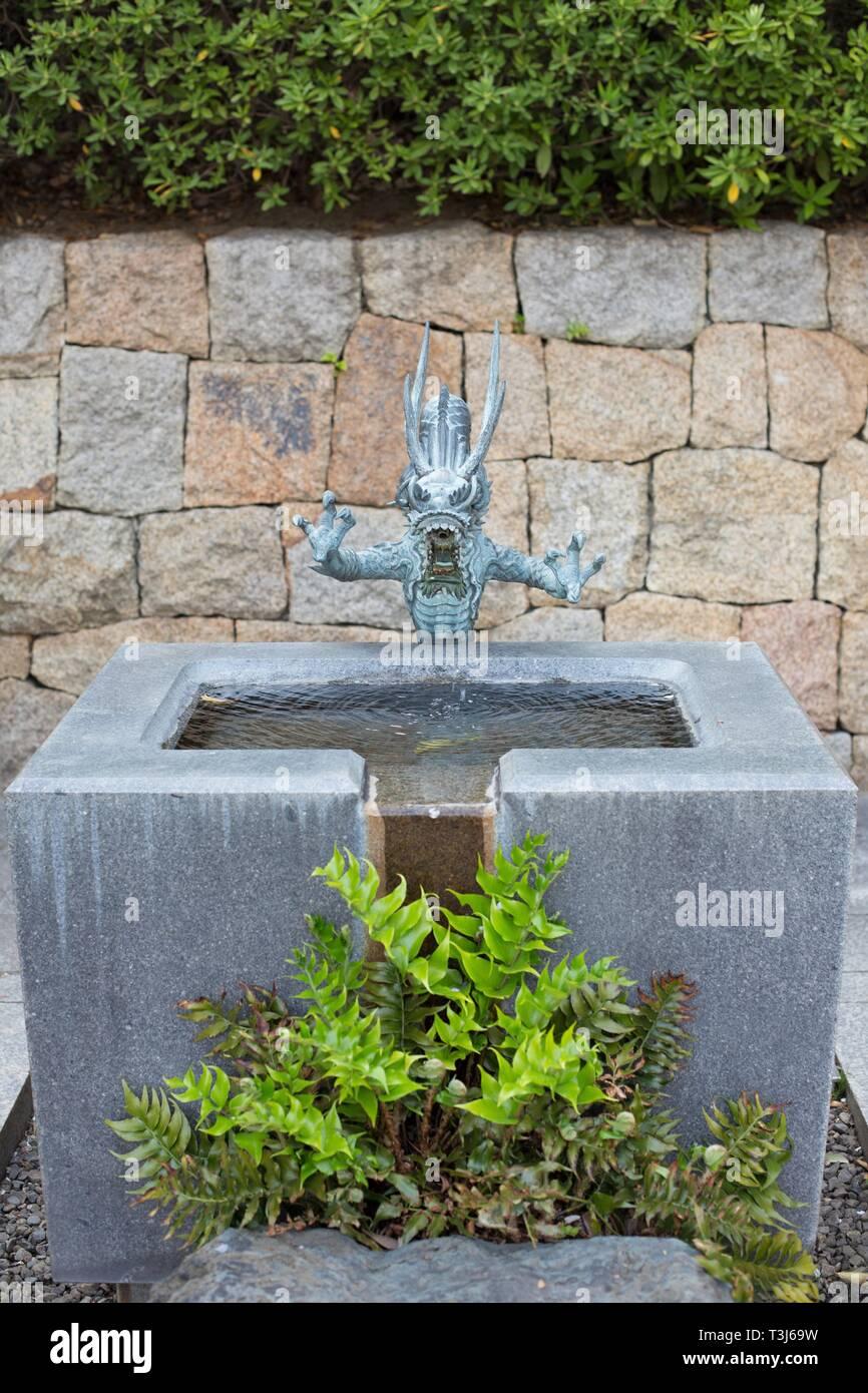 Une fontaine avec dragon guardian dans le jardin japonais dans le ...
