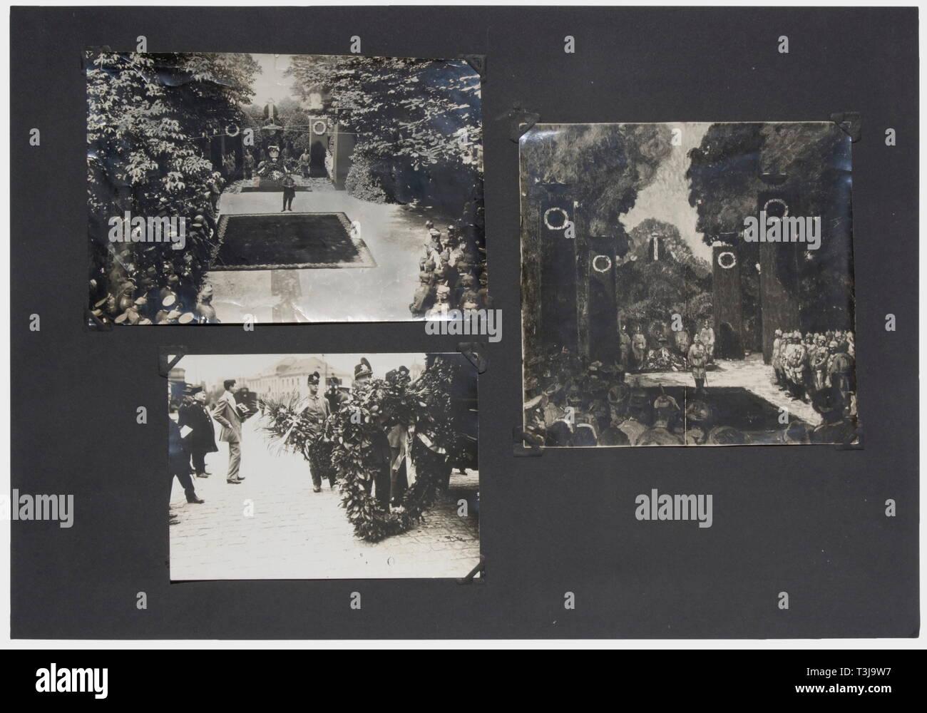 Premier Lieutenant Max Immelmann (1890 - 1916), une documentation complète sur son accident et les funérailles du héros en juin 1916 12 photos (en partie double) de son avion wreck et 17 grandes photos de l'arrivée de son cercueil de Douai à Dresde, mère et sa soeur à la gare, le cortège funèbre à Dresde, le crématoire municipal, Immelmann en chapelle ardente à l'Tolkewitz culumbarium. Aussi plusieurs coupures, partiellement la nouvelle de son accident, traitant en partie avec sa mort en général et partiellement obituaries et rapports bof, No-Exclusive Editorial-Use-Utilisation   seule Banque D'Images