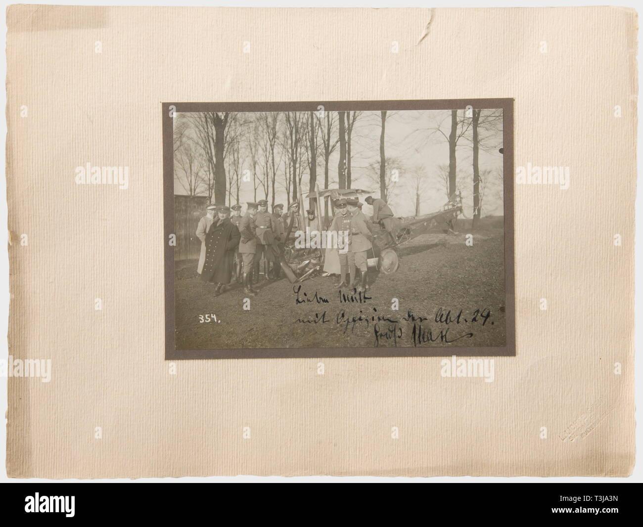 Premier Lieutenant Max Immelmann (1890 - 1916), une photo de son quatrième avion écrasé avec dévouement à sa mère Immelmann avec d'autres agents en face de l'appareils détruits, sur le bord inférieur droit à l'encre 'cher Maman - avec des agents de la 24e Détachement. Bonjour, Max.' avec le Mont, à l'arrière le nom de son frère Franz Immelmann. Après la sixième victoire Immelmann air le 17 novembre 1915, le roi de Saxe a invité à sa visite du 24e Détachement Saxon. Immelmann a atterri peu avant l'arrivée du Roi et a été immédiatement , Additional-Rights Clearance-Info-Not-Available- Banque D'Images