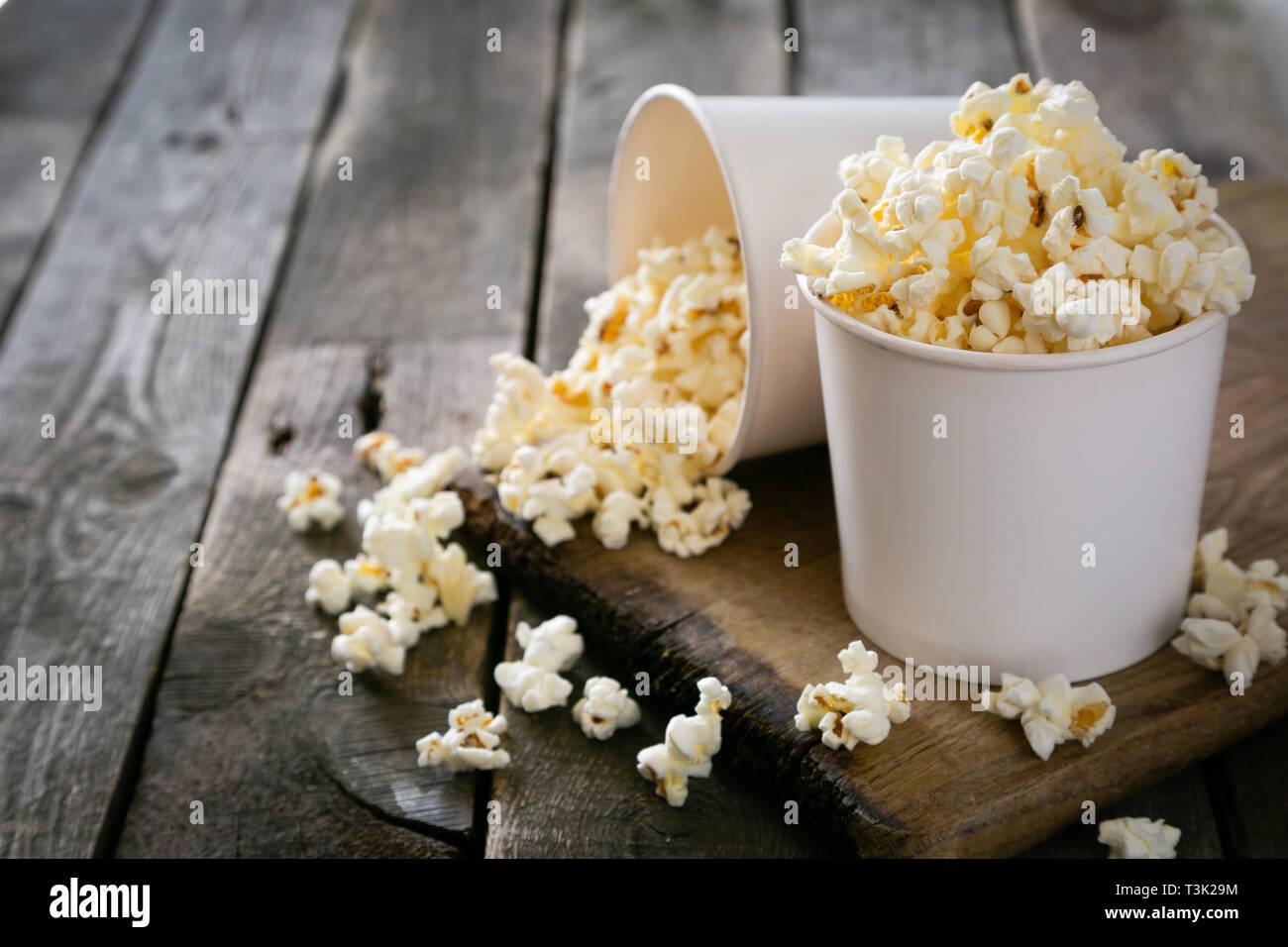 Pop Corn Fait Maison En Bois Blanc Sur Fond Tasses Photo Stock Alamy
