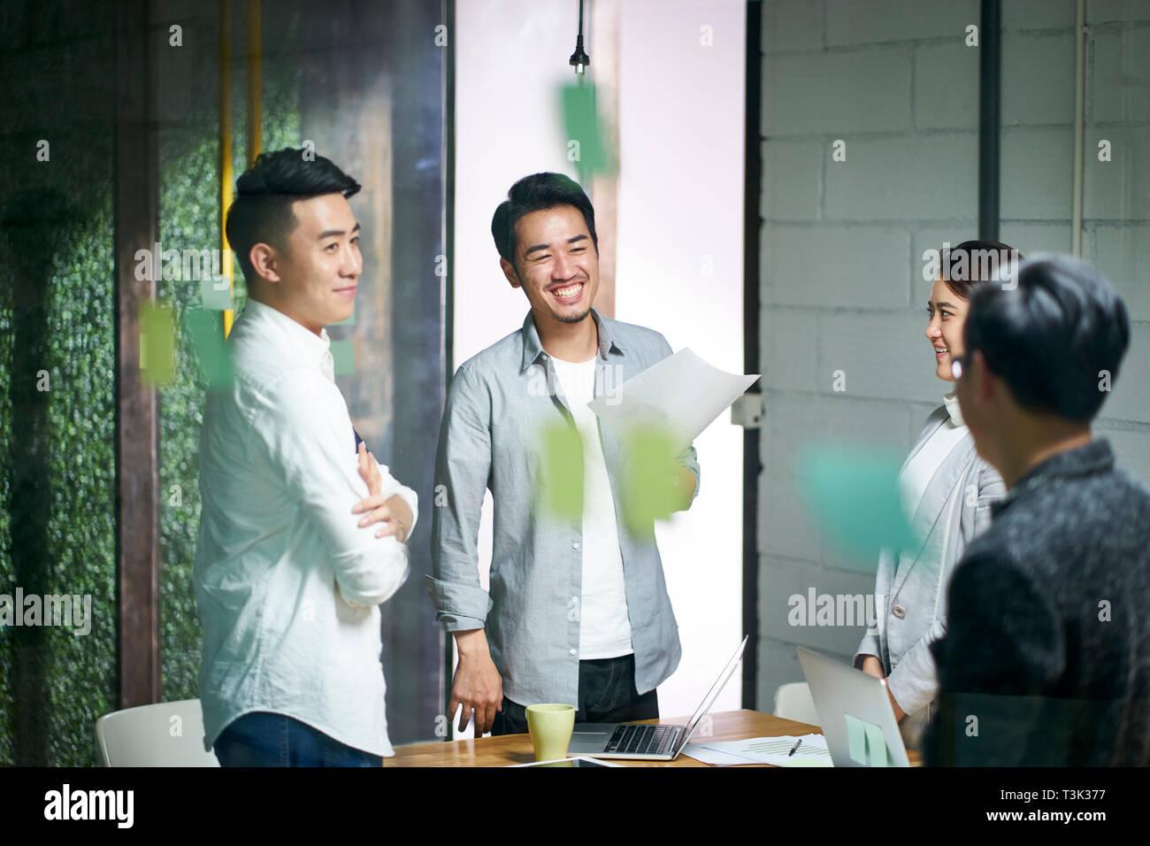 Heureux les jeunes entrepreneurs d'Asie au cours de la conversation de l'équipe d'affaires au bureau. Banque D'Images