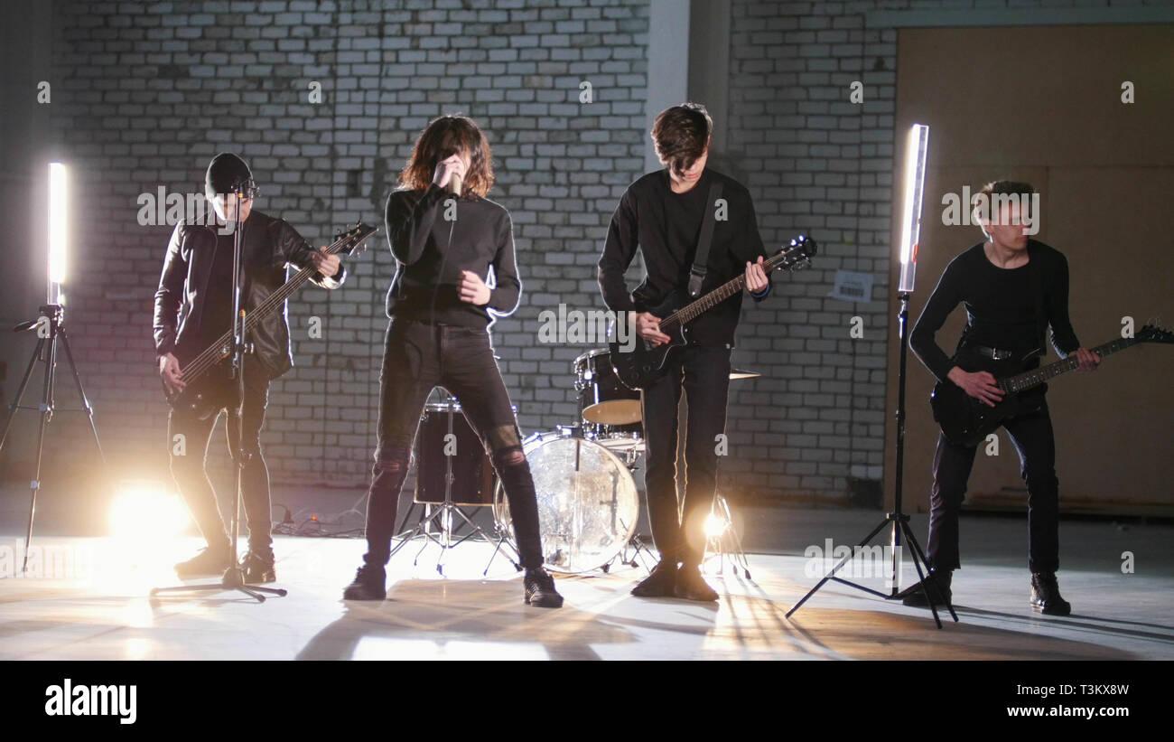 Un groupe de rock ayant une répétition dans un garage Photo Stock
