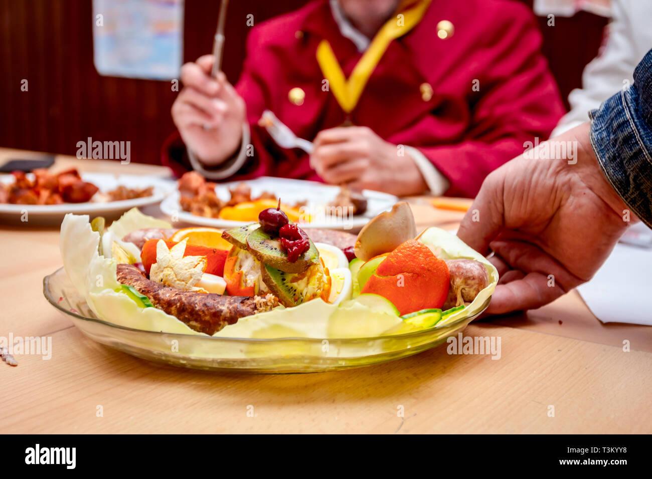 Les juges vont évaluer les meilleures saucisses avec des légumes frais qui sont exposés sur la saucisse traditionnel tournoi. Photo Stock