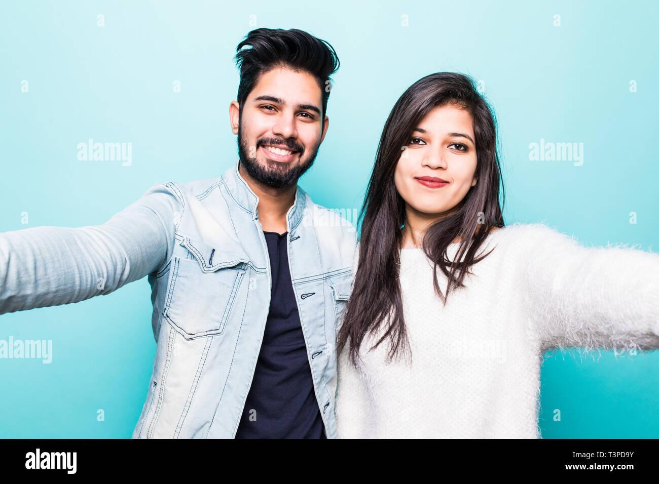 Jeune couple indien s'amuse