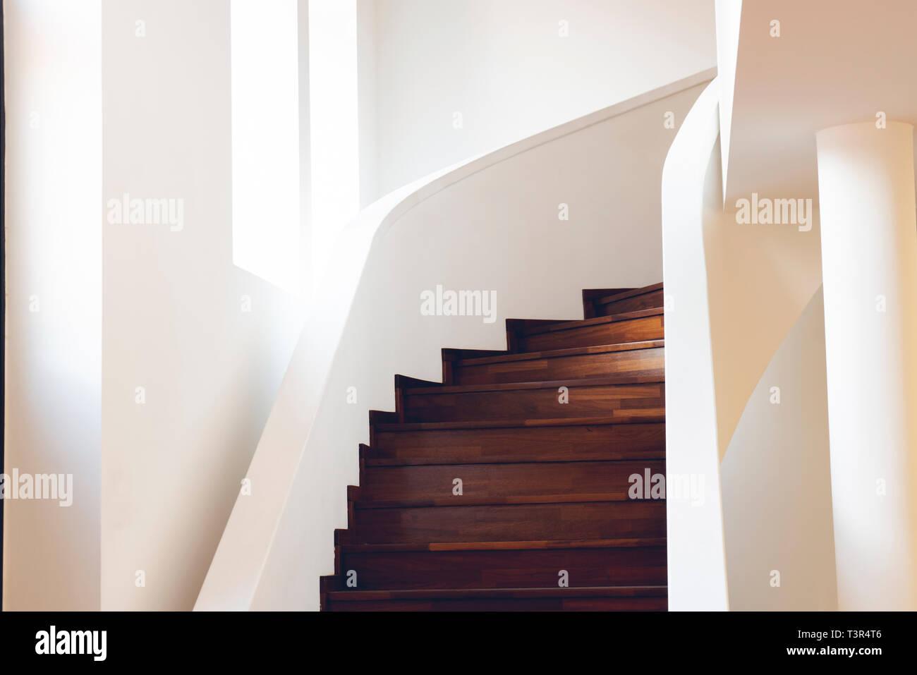 Escalier à l\'intérieur du bâtiment, escalier moderne ...
