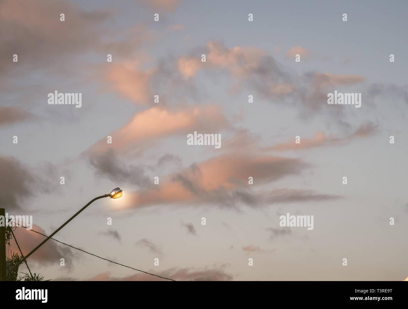 Pôle lumière against sky Photo Stock