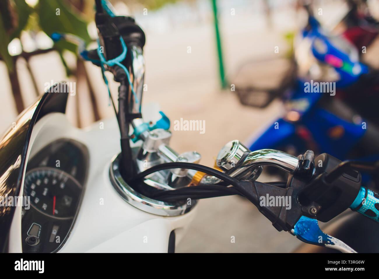 Vieux scooter vitesse, chrome, fort kilométrage, travel concept. Banque D'Images