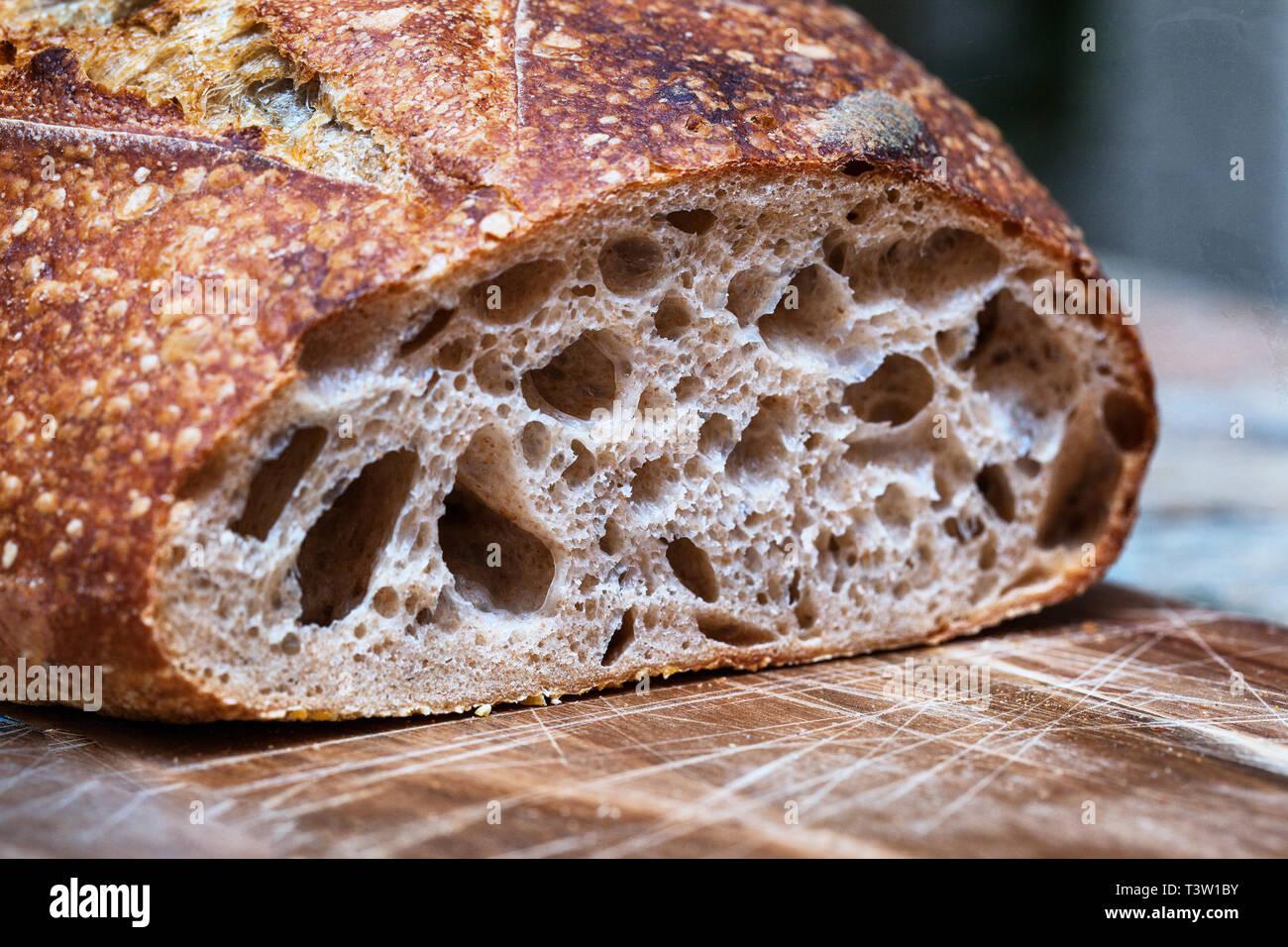 Du pain au levain focaccia. Tranches de pain au levain sur planche de bois. Alimentation saine. La texture de la miette de pain artisanal close-up Banque D'Images