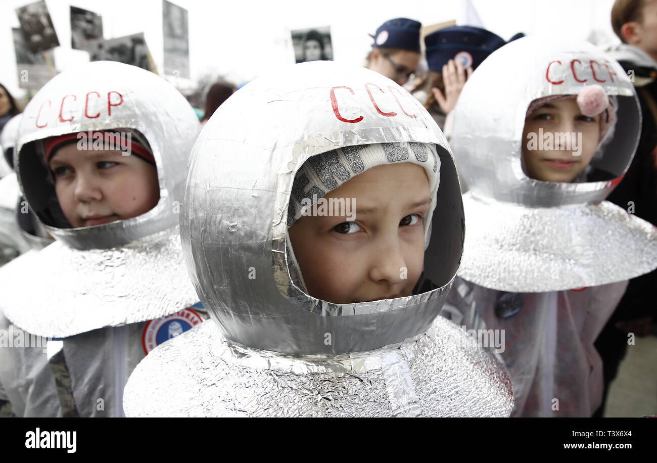 Moscou, Russie. 12 avr, 2019. Moscou, Russie - 12 avril 2019 : les enfants en costumes spacesuit pendant les célébrations de la Journée de l'Astronautique de Moscou Exposition VDNKh Centre. Artyom/Geodakyan Crédit : TASS ITAR-TASS News Agency/Alamy Live News Photo Stock