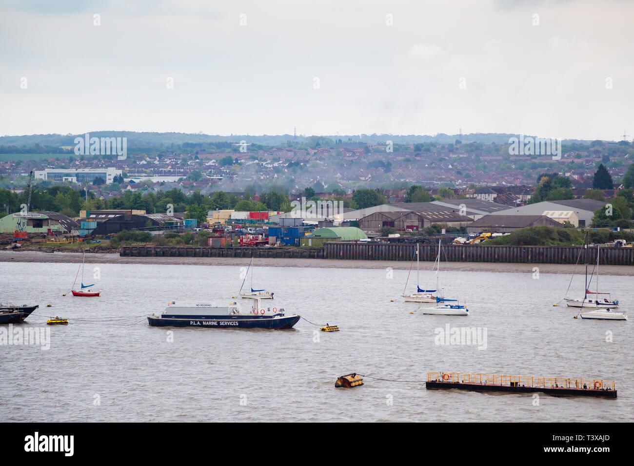 Gravesend, Kent, UK. Une vue de la Tamise à la recherche sur la zone industrielle de l'Est de Gravesend. Transport maritime de bateaux et d'autres peuvent être vus. Photo Stock