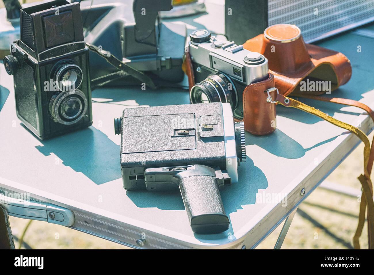 Old vintage film matériel photographique sur la table. Appareils photo et caméscope. Selective focus Banque D'Images