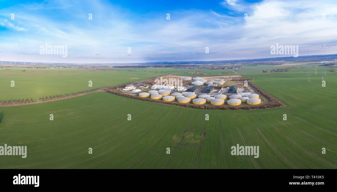 Vue aérienne d'une grande usine de biogaz entre vert champs agricoles en Allemagne - Énergie propre vert Banque D'Images
