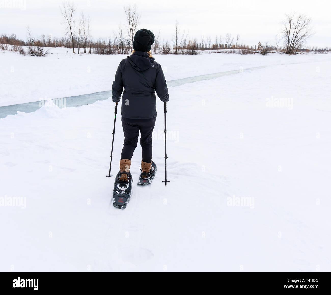 Femme en raquettes, au Manitoba, Canada. Photo Stock