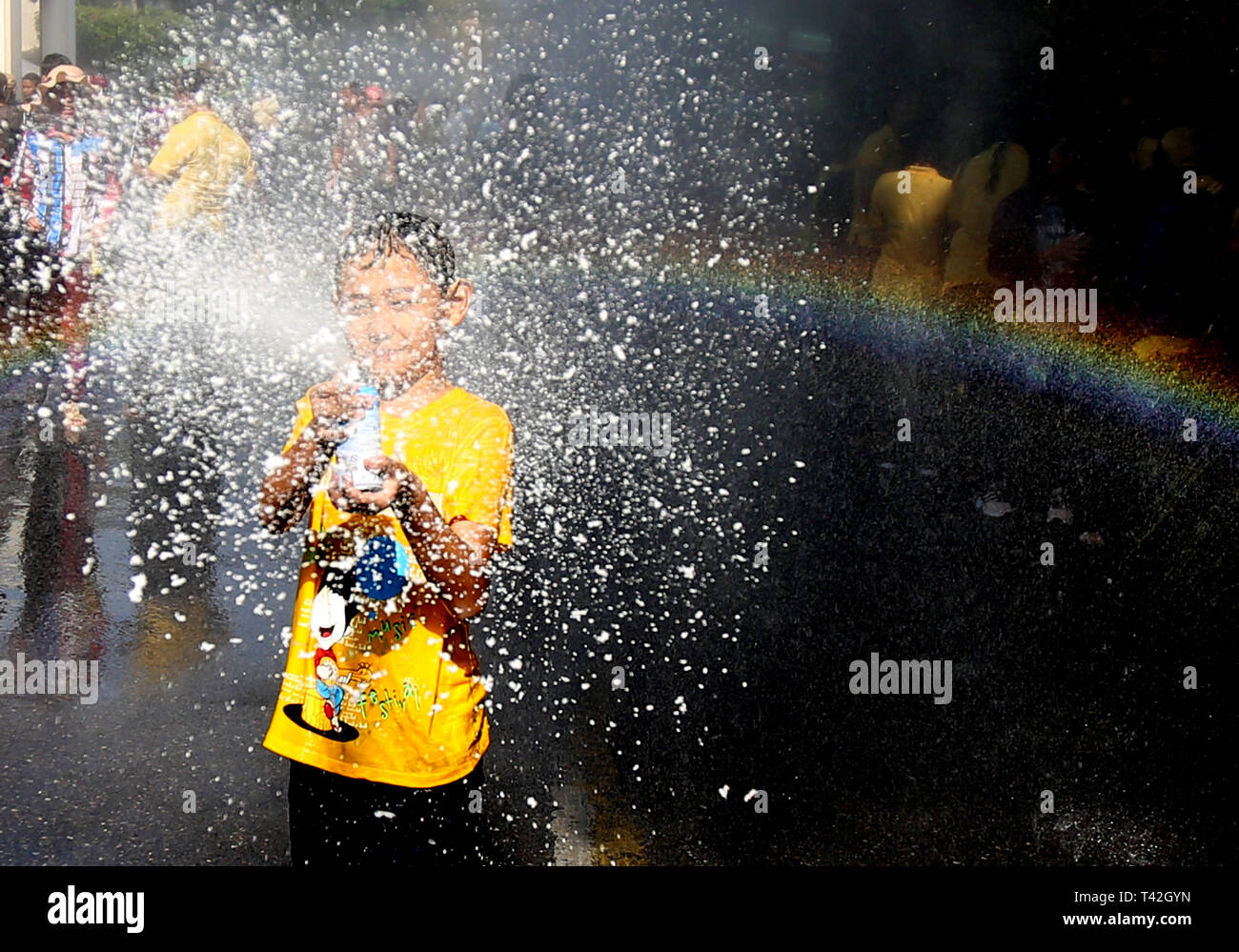 Yangon, Myanmar. 13 avr, 2019. Un garçon joue au cours de la fête de l'eau dans la région de Yangon, Myanmar, le 13 avril 2019. L'eau du Myanmar Thingyan traditionnel Festival a fêté partout au pays samedi matin. Credit : U Aung/Xinhua/Alamy Live News Photo Stock