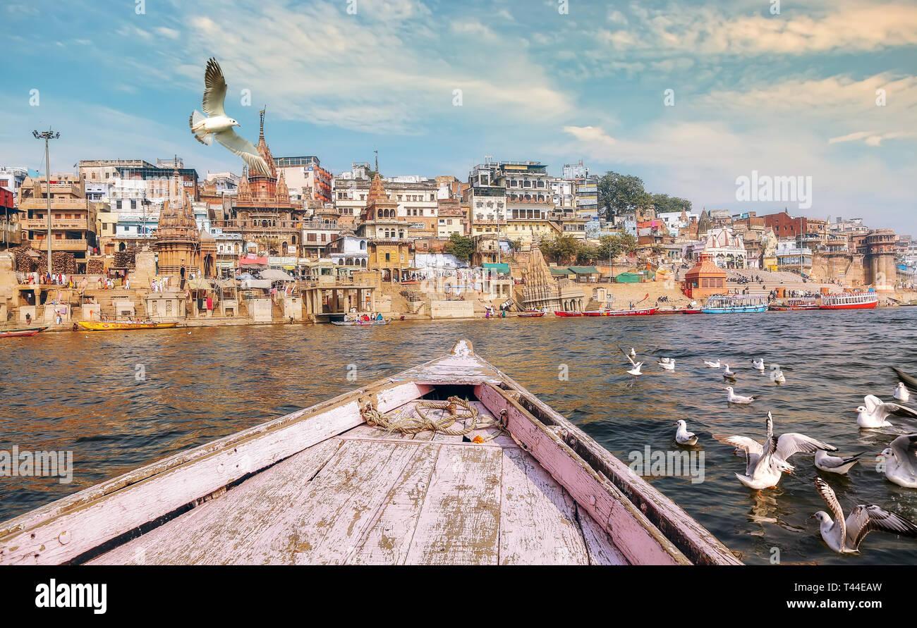 Varanasi Inde ancienne ville architecture vue depuis un bateau sur le Gange avec vue d'oiseaux migrateurs avec moody sunset sky Photo Stock