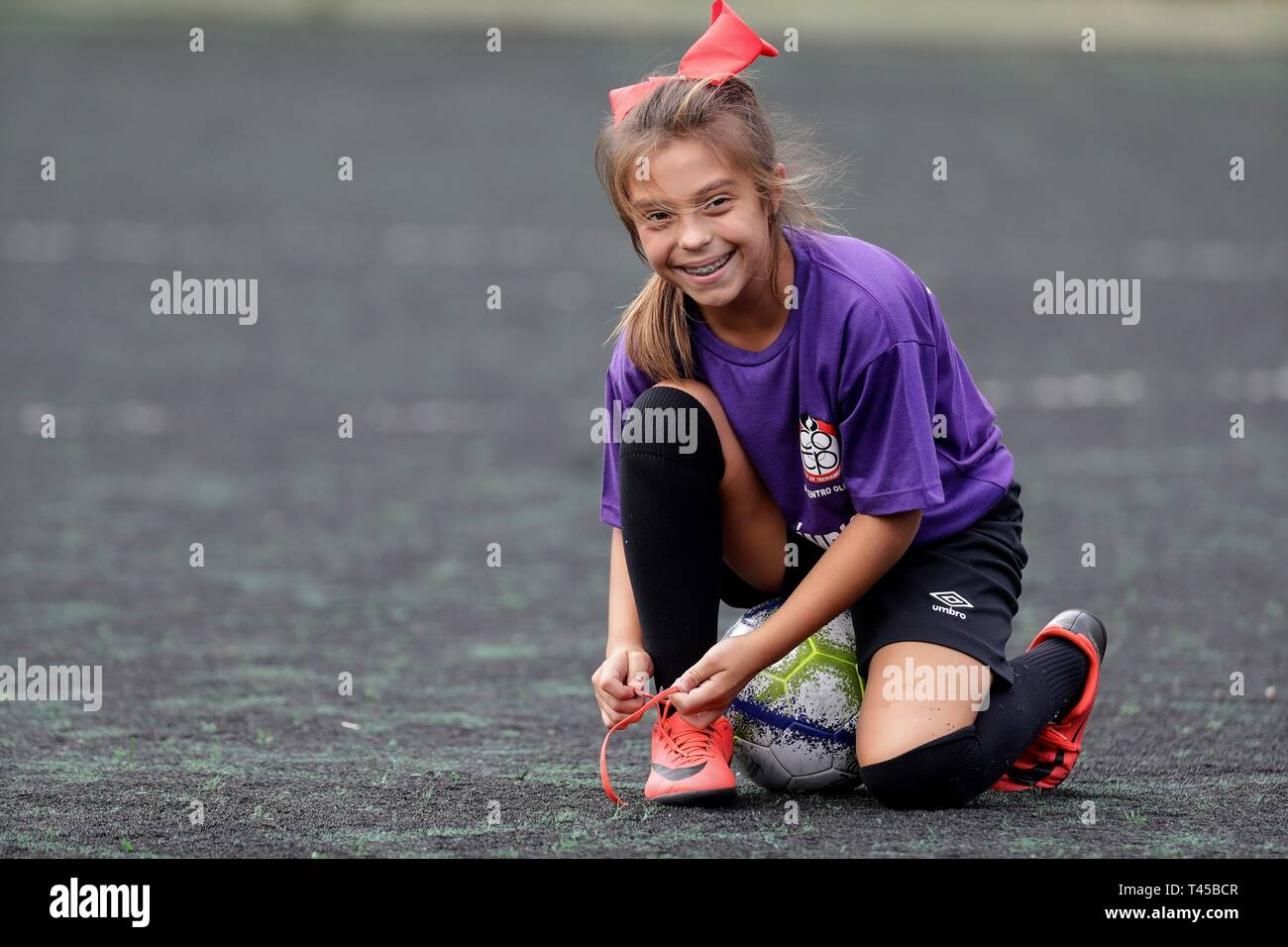 Natalia Pereira, un 9-ans Brazilian soccer player, pose pour le photographe à Sao Paulo, Brésil, le 11 avril 2019 (publié le 14 avril 2019). Natalia, la première femme membre d'une équipe de soccer masculine junior au Brésil, a joué son premier match en U-10 de soccer jeu avec son équipe disponible le 13 avril. Bien que la règle est les filles veulent jouer dans les équipes d'hommes jusqu'à 13 ans, les faits sont différents. Très peu de filles ont l'occasion de faire un test d'aptitude en équipes. Natalia a été très heureuse quand elle a réussi à passer le test dans l'équipe à se procurer. L'EFE/ Sebastiao Moreira Photo Stock