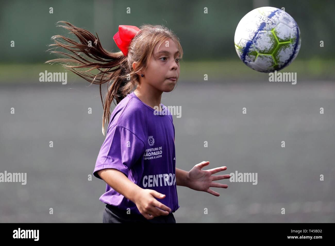 Natalia Pereira, un 9-ans Brazilian soccer player, frappe la balle de São Paulo, Brésil, le 11 avril 2019 (publié le 14 avril 2019). Natalia, la première femme membre d'une équipe de soccer masculine junior au Brésil, a joué son premier match en U-10 de soccer jeu avec son équipe disponible le 13 avril. Bien que la règle est les filles veulent jouer dans les équipes d'hommes jusqu'à 13 ans, les faits sont différents. Très peu de filles ont l'occasion de faire un test d'aptitude en équipes. Natalia a été très heureuse quand elle a réussi à passer le test dans l'équipe à se procurer. L'EFE/ Sebastiao Moreira Photo Stock
