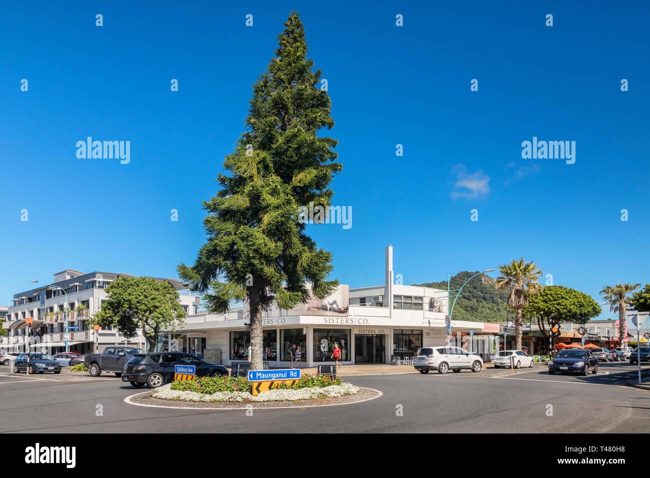 16 Décembre 2018: Mount Maunganui, Nouvelle-Zélande - Intersection et rond-point dans le centre de Mount Maunganui. Photo Stock