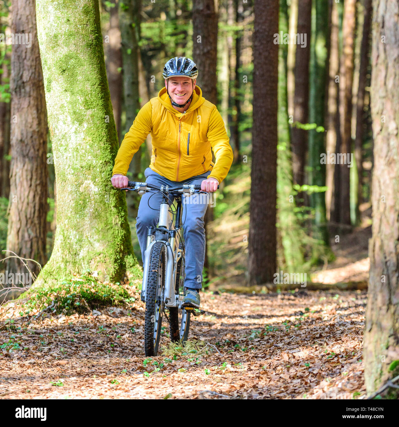 Vélo homme VTT en forêt avec Banque D'Images
