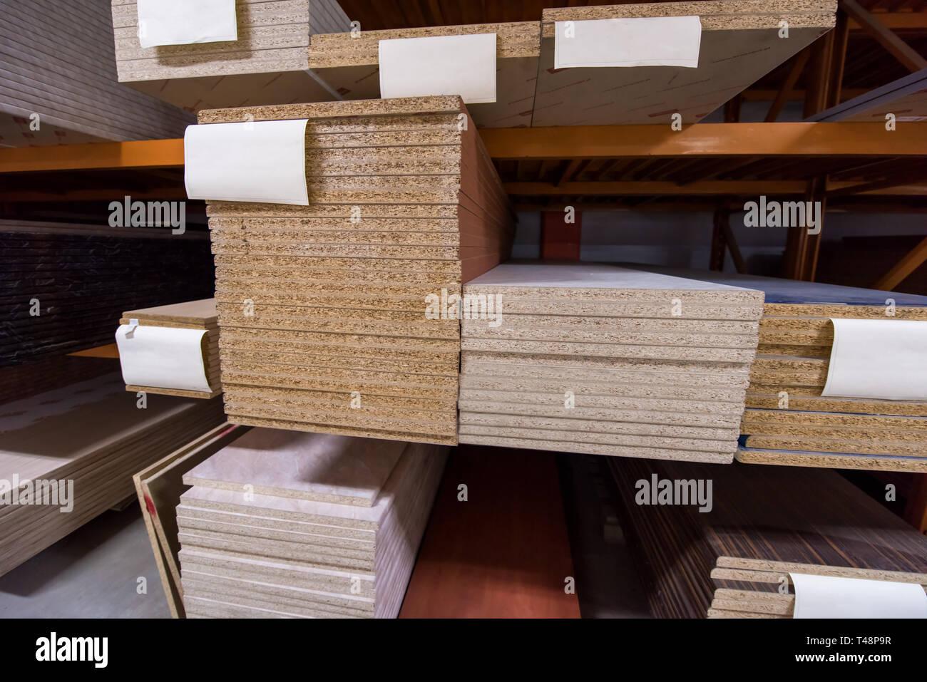 Le département de production d\'une grande usine de meubles modernes ...