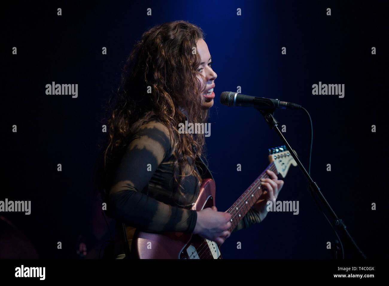 """Brighton, East Sussex. 14 avril 2019. Nilufer Yanya effectue live at The Haunt à Brighton, sur sa tournée européenne. La tournée suit la sortie de son premier album """"Miss Univers"""" publié le 22 mars 2019. Credit: Francesca Moore/Alamy Live News Banque D'Images"""