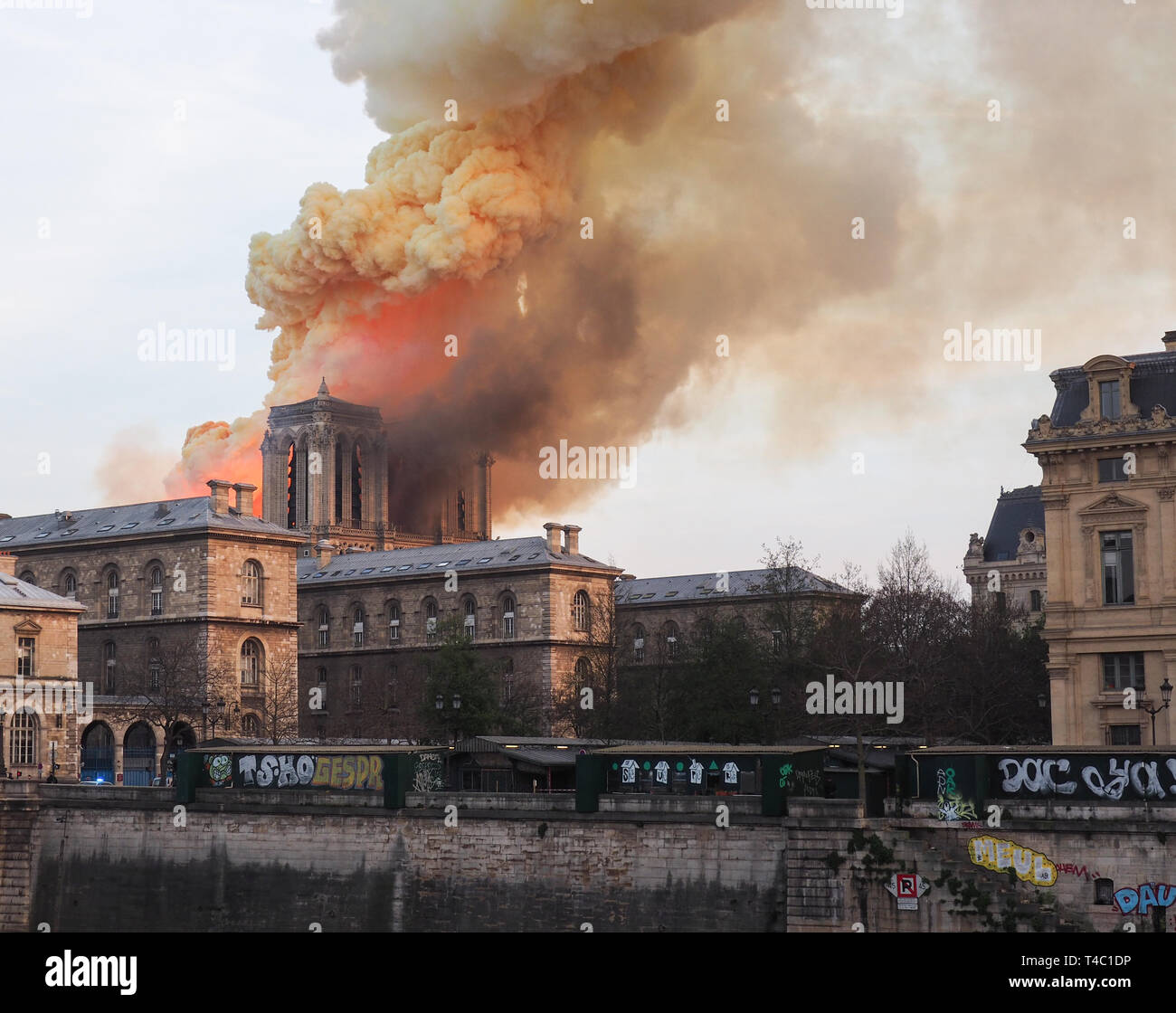 "Paris, France. Apr 15, 2019. Une énorme colonne de fumée est au-dessus de l'un des plus célèbres monuments - Cathédrale Notre-Dame de Paris. Le maire de la capitale française parle d'un ""terrible incendie'. Photo : Christian Böhmer/dpa dpa : Crédit photo alliance/Alamy Live News Photo Stock"