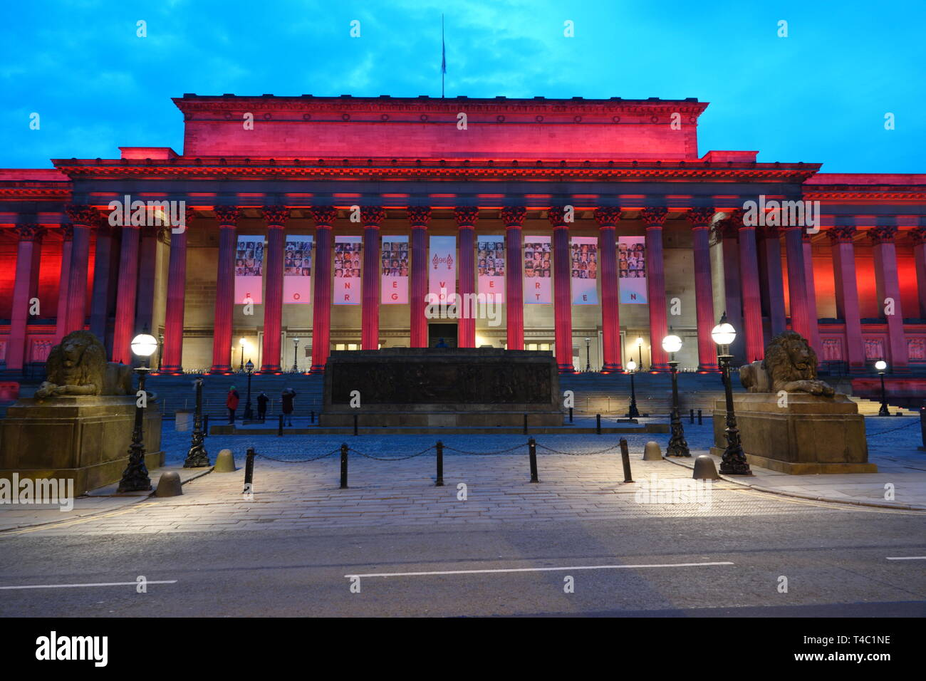 Liverpool UK, 15 avril 2019. St George's Hall illuminé en rouge pour marquer le 30e anniversaire de la catastrophe de Hillsborough qui 96 supporters de Liverpool ont perdu la vie. Credit:Ken Biggs/Alamy Live News. Photo Stock