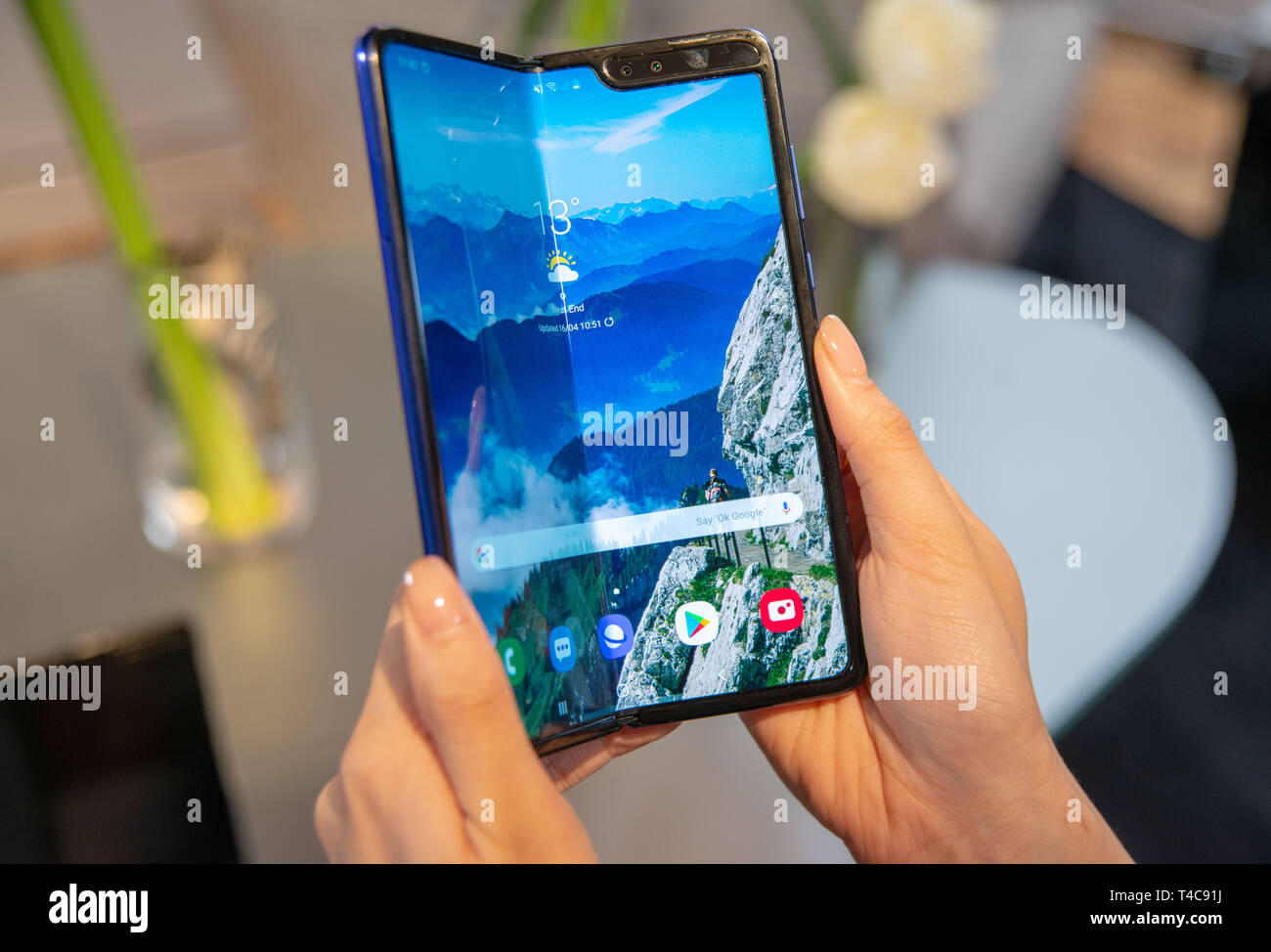 Londres, Royaume-Uni. Apr 16, 2019. Un modèle de production du Samsung Galaxy smartphone Tablette de pliage peut être vu à une présentation. L'appareil Android pour environ 2000 euros est d'être lancés sur le marché européen le 3 mai 2019. (Dpa 'Samsung version série montre de son smartphone-Fold') Crédit : Simon Nagel/dpa/Alamy Live News Photo Stock