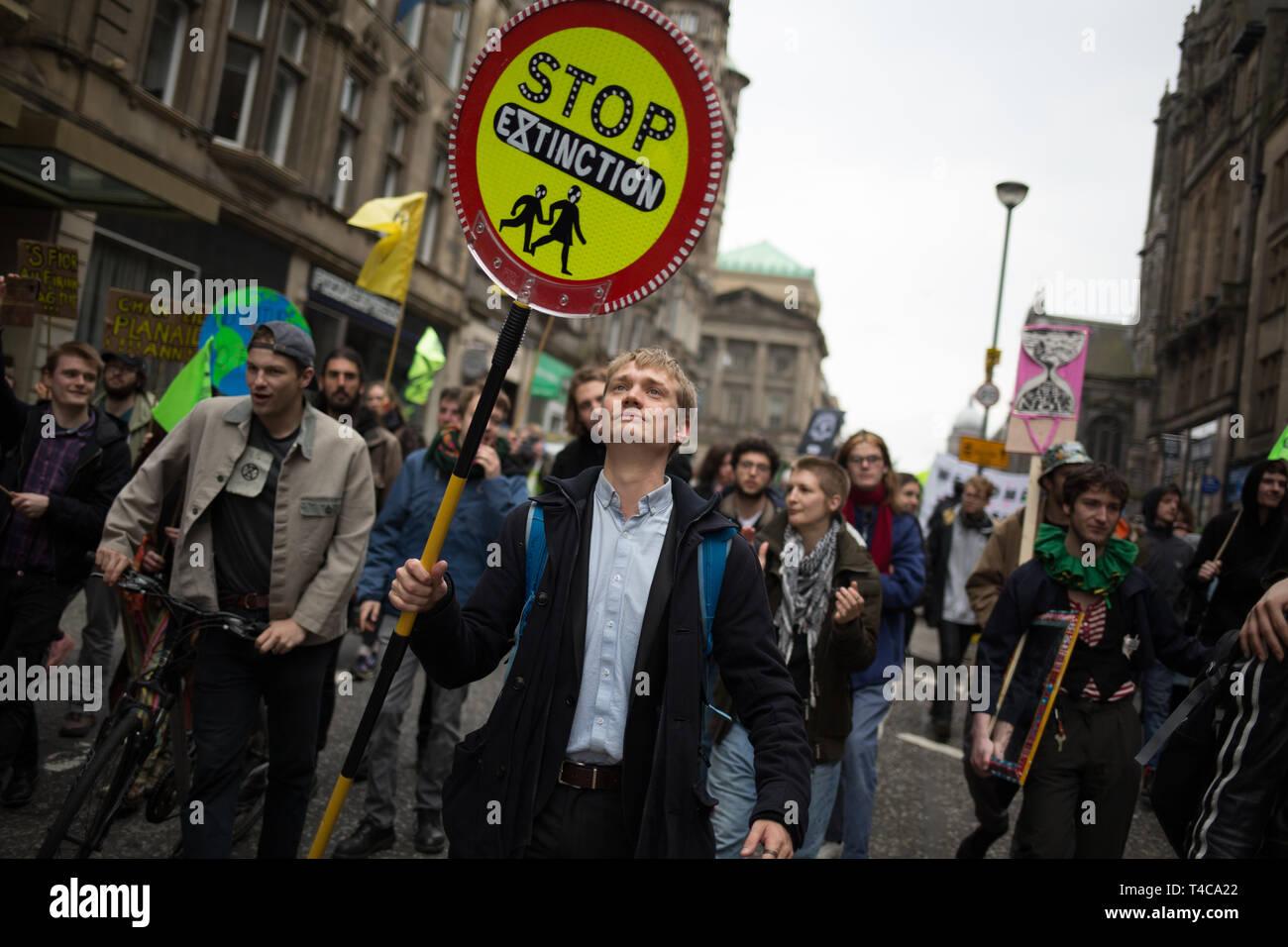 """Édimbourg, Écosse, 16 avril 2019. Rébellion d'extinction (Ecosse) les manifestants fermer North Bridge à la circulation au cours d'une """"Journée internationale de la rébellion"""", pour demander au gouvernement de déclarer une urgence climatique, à Édimbourg, en Écosse, le 16 avril 2019. Crédit: Jeremy Sutton-Hibbert/Alamy Live News Banque D'Images"""