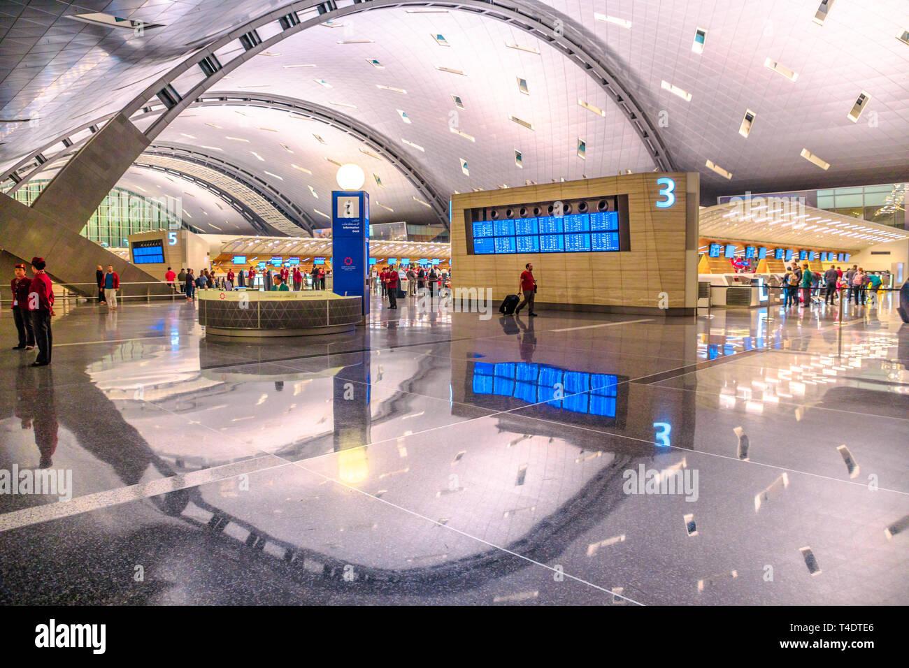Doha, Qatar - 24 Février 2019: Qatar Airways vérifier dans les passagers dans la nouvelle et moderne de l'Aéroport International Hamad Hamad, l'aéroport de Doha ou reflété Banque D'Images