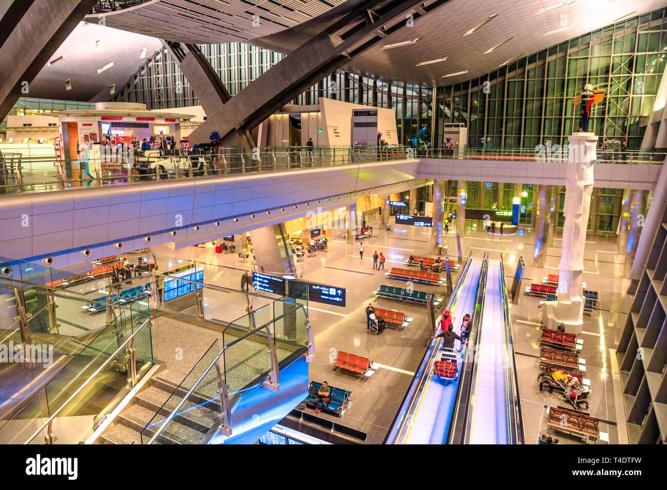 Doha, Qatar - 24 Février 2019: Vue aérienne de l'intérieur hall et indexation de l'Aéroport International Hamad Hamad Doha ou l'aéroport, le seul aéroport de Banque D'Images