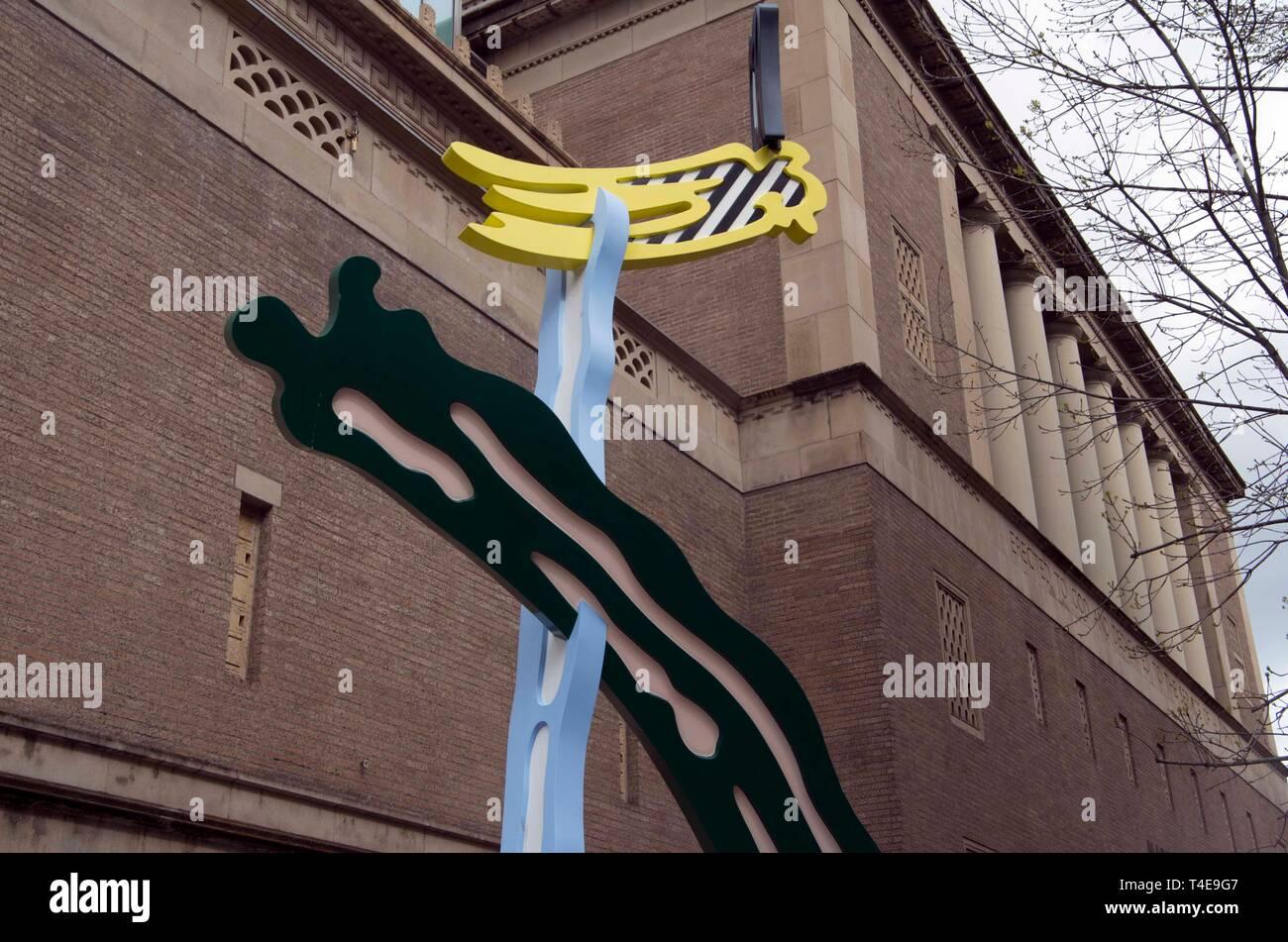 Le Portland Art Museum possède plusieurs œuvres d'art se tenant debout à l'extérieur de l'immeuble près de la rue. Banque D'Images