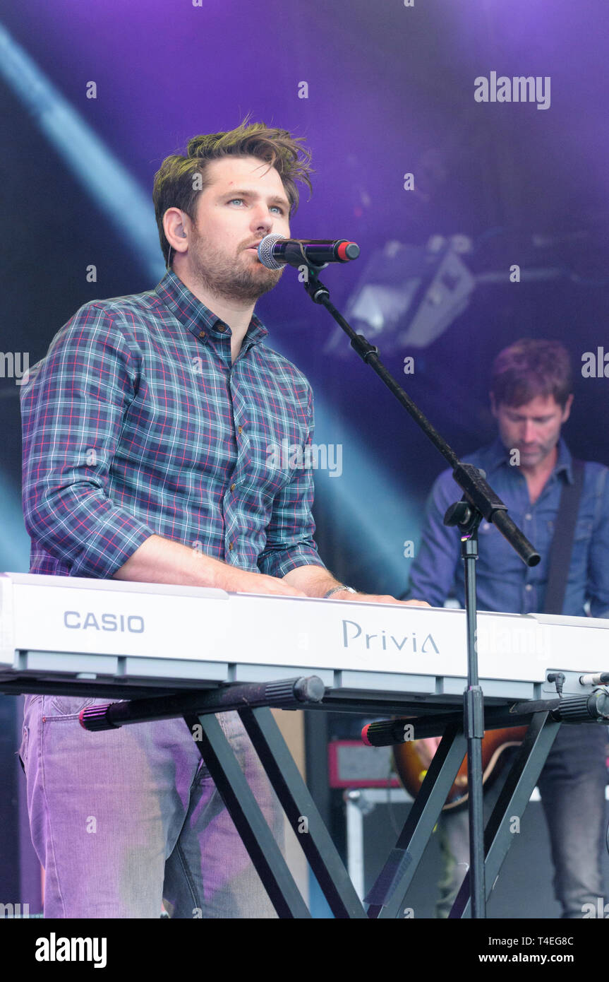 Roy Stride de Scouting for Girls effectuant à Cornbury Festival, Royaume-Uni. 5 juillet 2014 Photo Stock