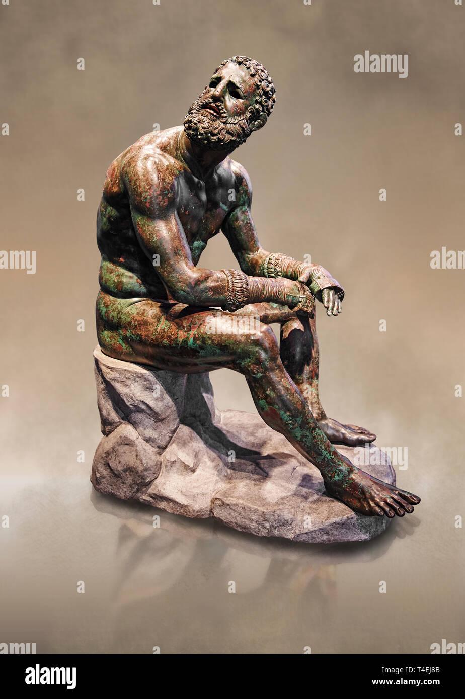 Grec original rare statue en bronze d'un athlète après un match de boxe, un 1er 100 BC. L'athlète, assis sur un rocher, se repose après un match de boxe Photo Stock